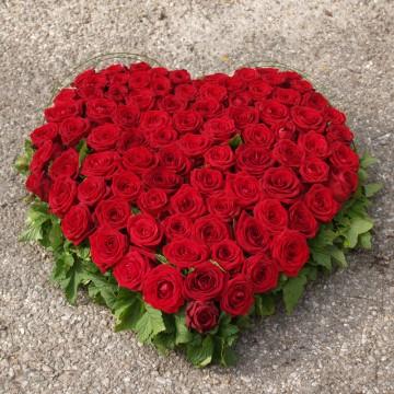 Grand cœur deuil de roses rouges